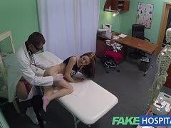 Arzt nutzt Corona-Test um ihre geile Teen-Fotze zu ficken