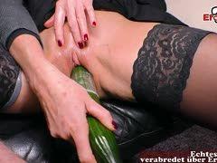 Schwarzhaarige Hausfrau beim Lebensmittelsex mit einer Gurke
