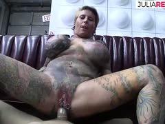 Tattooluder mit Riesentitten gefickt