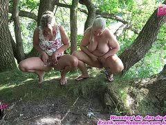 Urinspiele und pissen in den Mund mit zwei Amateurinnen